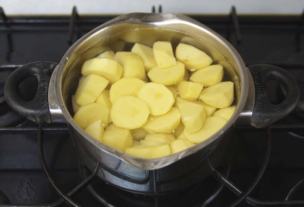Картофель очистить и залить холодной водой