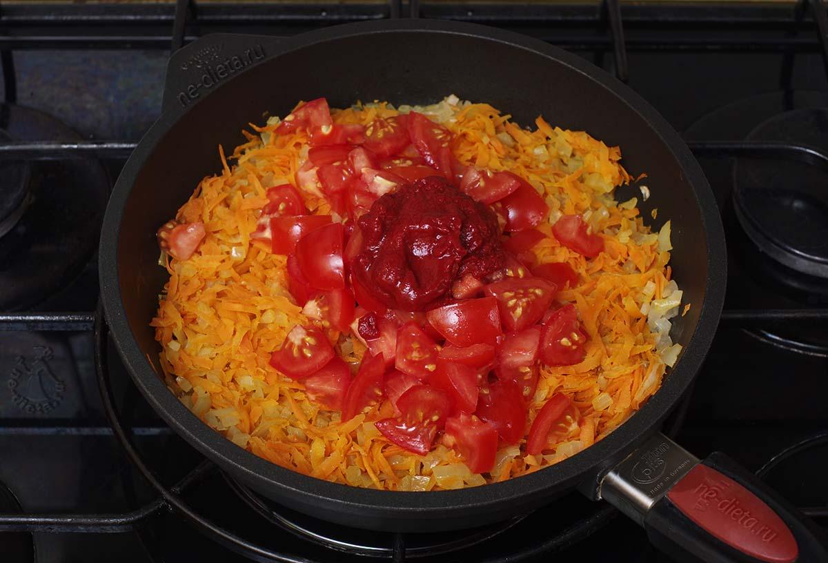 В зажарку добавить помидоры и томатную пасту
