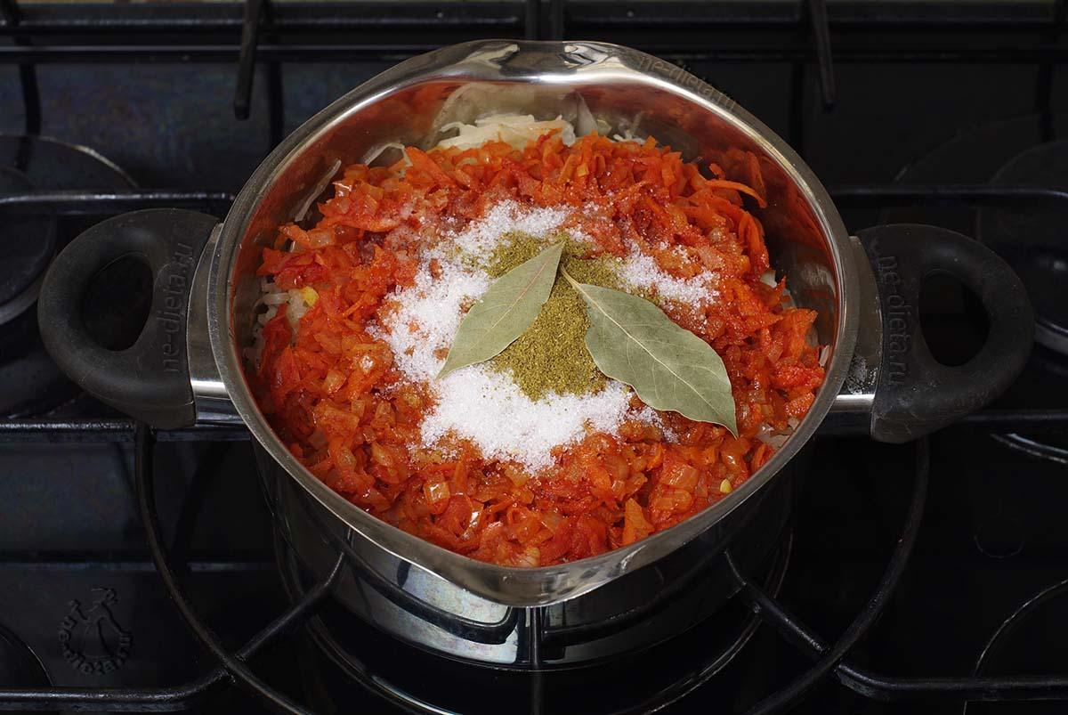 К капусте добавить овощную зажарку, соль, сахар и специи