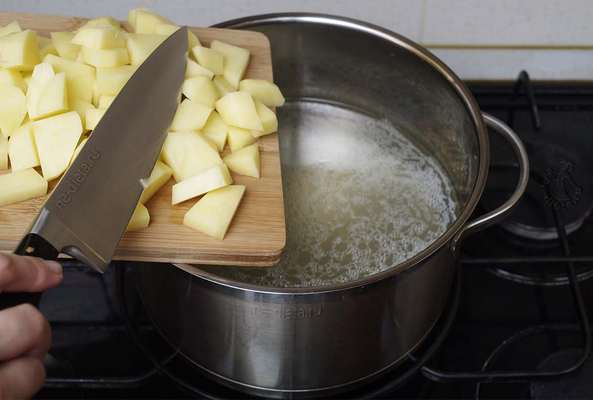 В бульон положить картофель