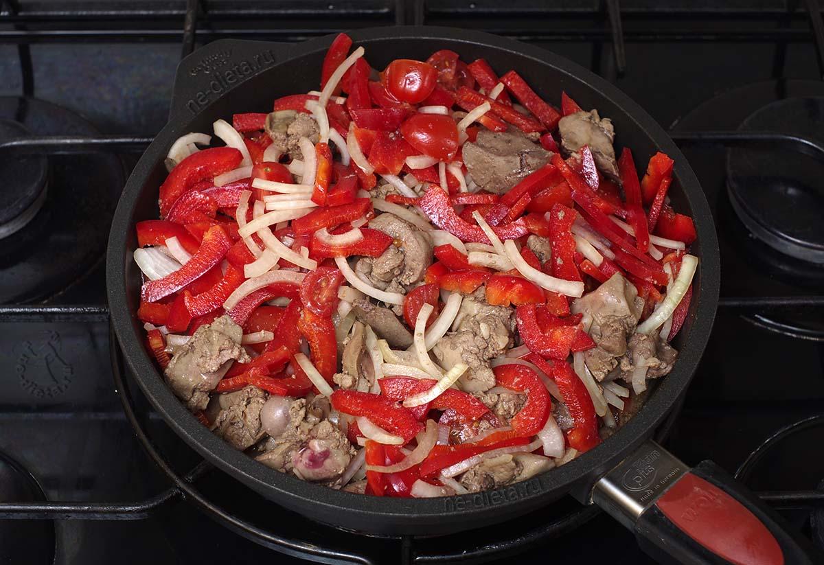 К печени добавить овощи
