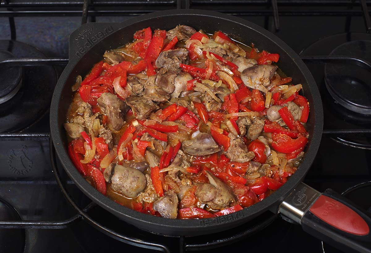Куриная печень тушенная с овощами
