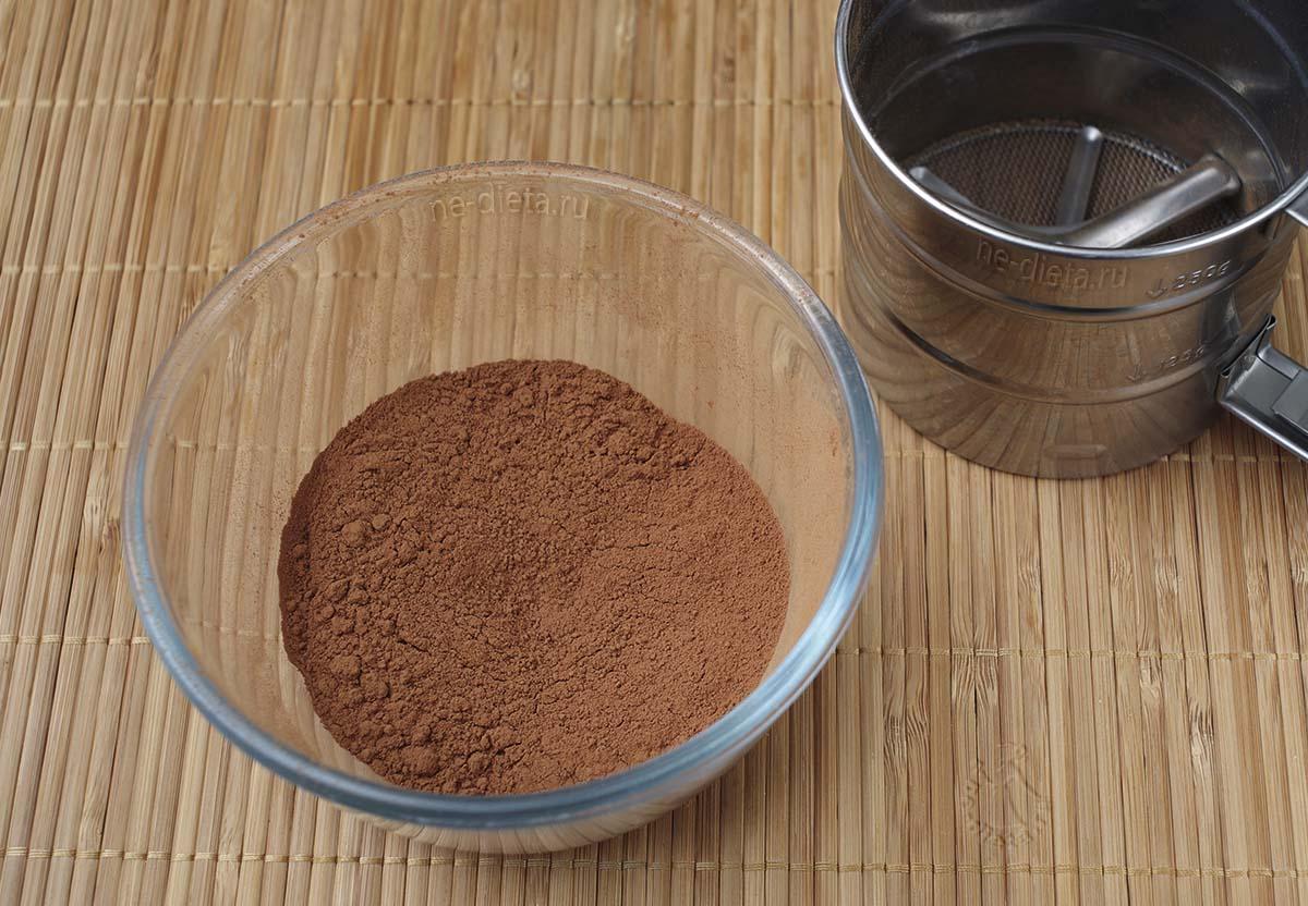 Какао просеять в миску