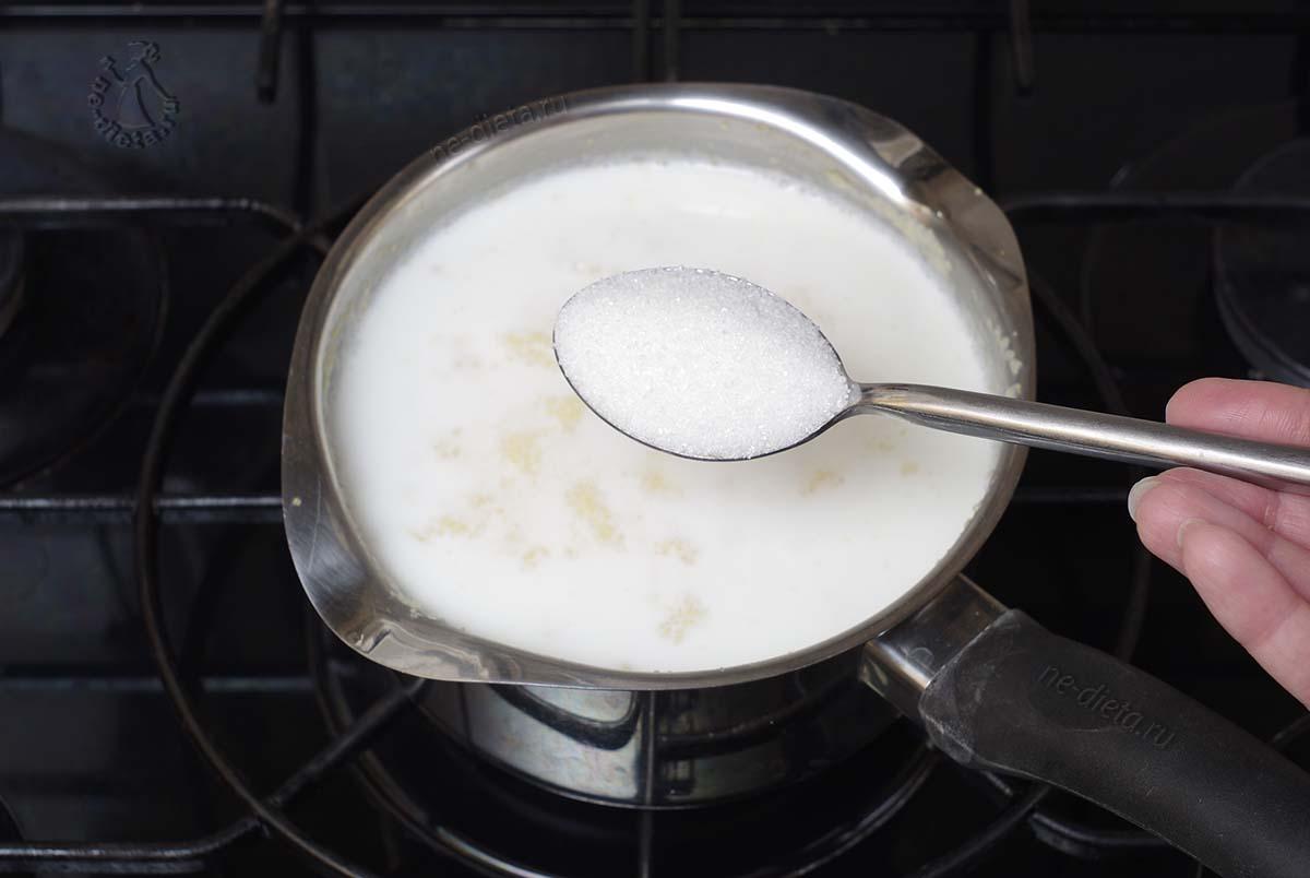 Положить в кашу соль и сахар