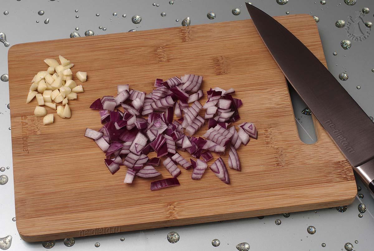 Порезать лук и чеснок