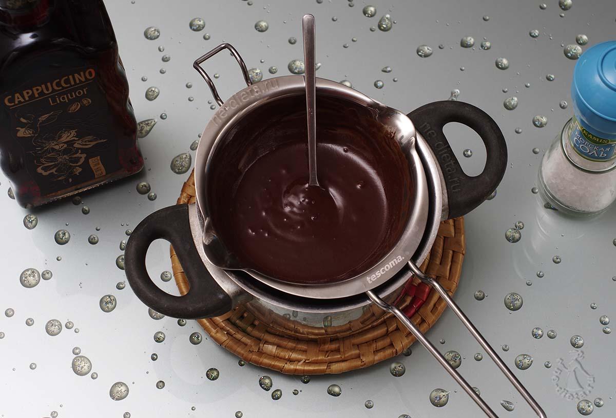 Расплавить шоколад на водяной бане