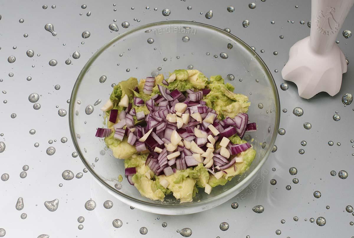 К авокадо добавить лук и чеснок