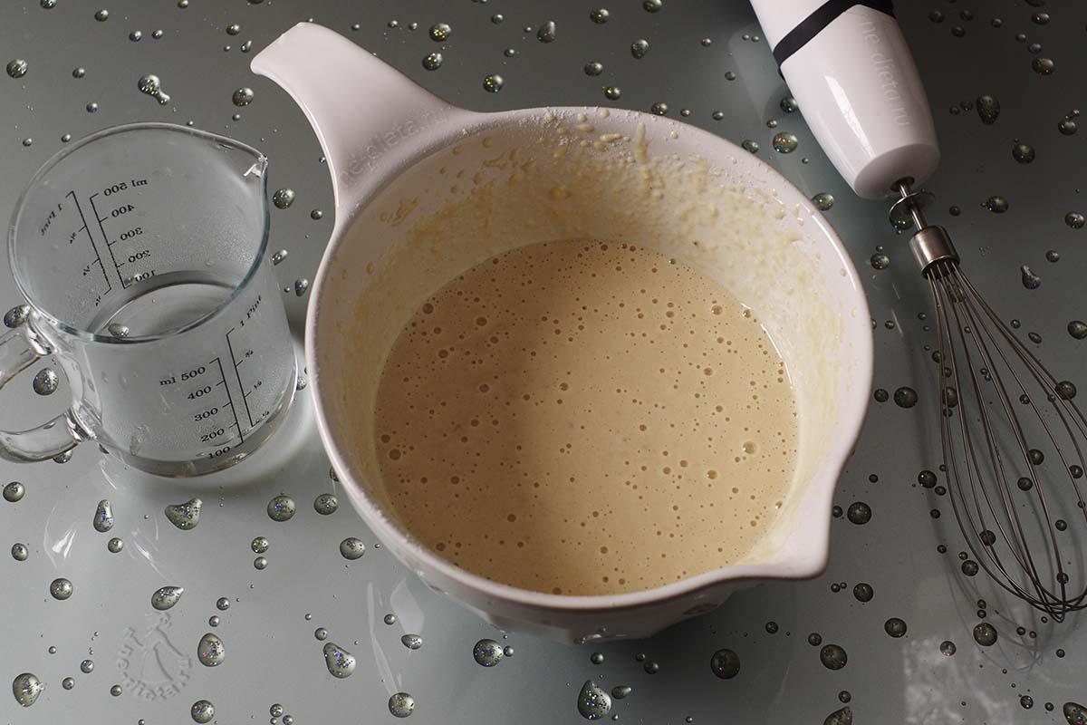 В тесто добавить горячую воду