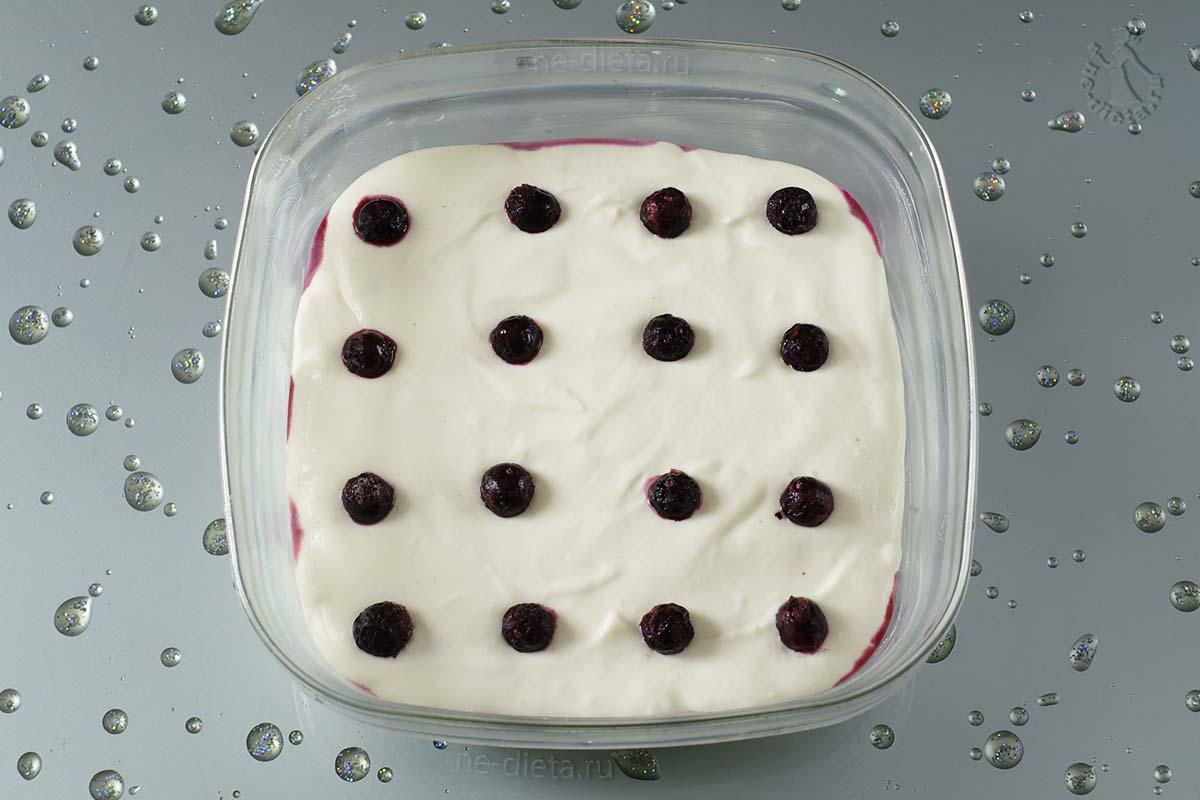 Выложить оставшееся тесто и украсить запеканку ягодами