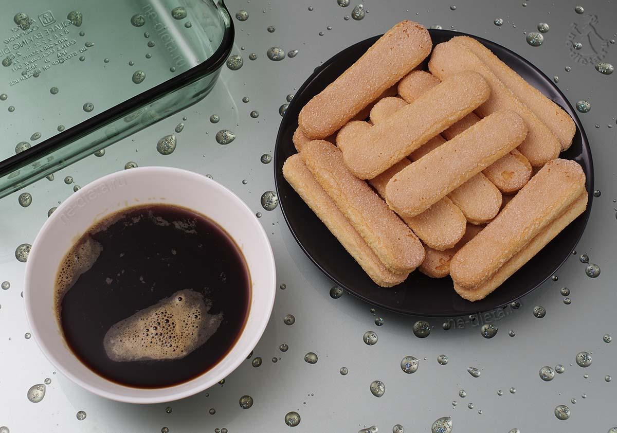 В миску налить кофе
