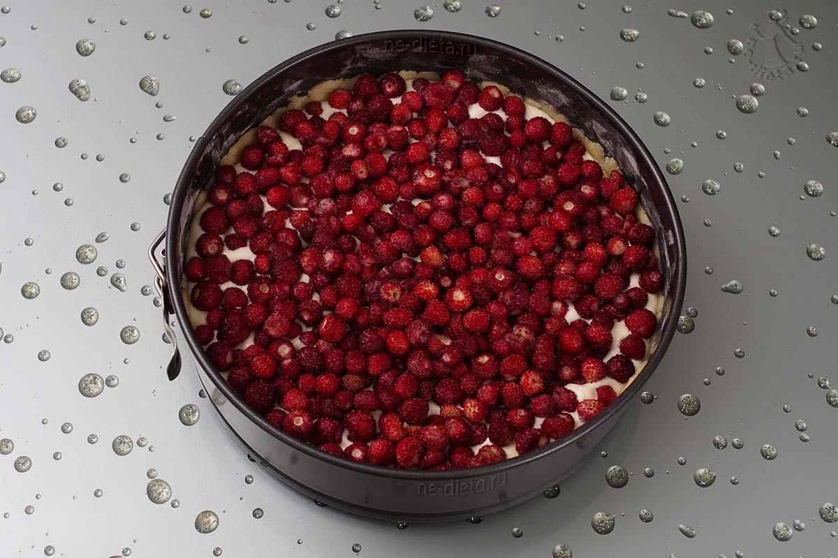 Выложить ягоды земляники
