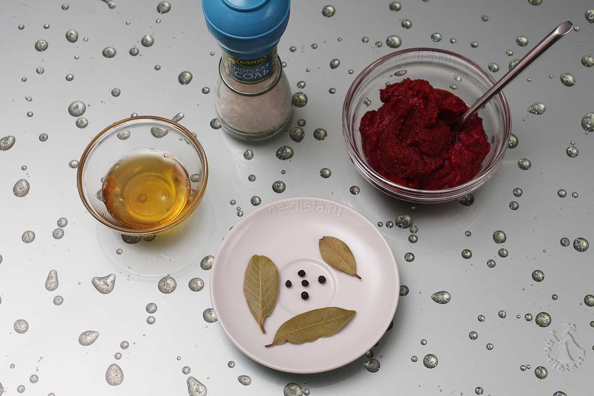 Подготовить томатную пасту, мед, соль и специи