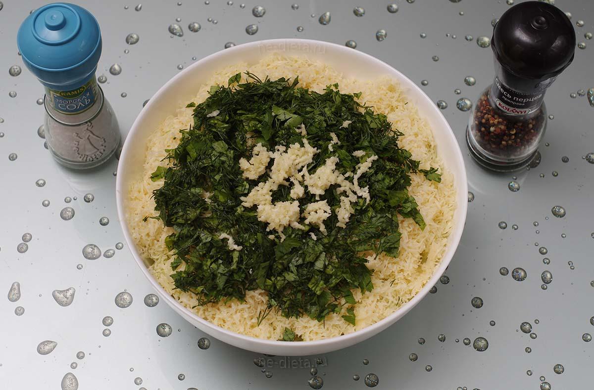 Добавить яйца, сыр, зелень, чеснок, соль и перец