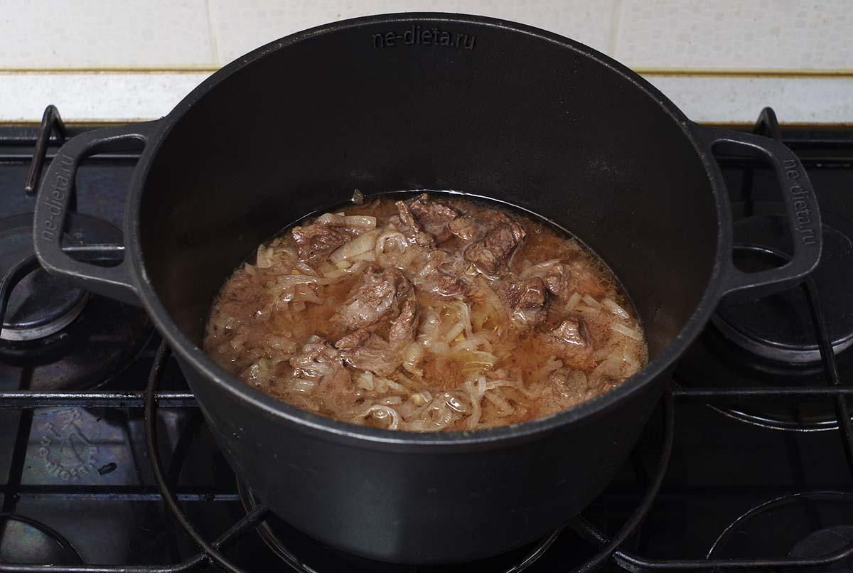 К луку добавить говядину