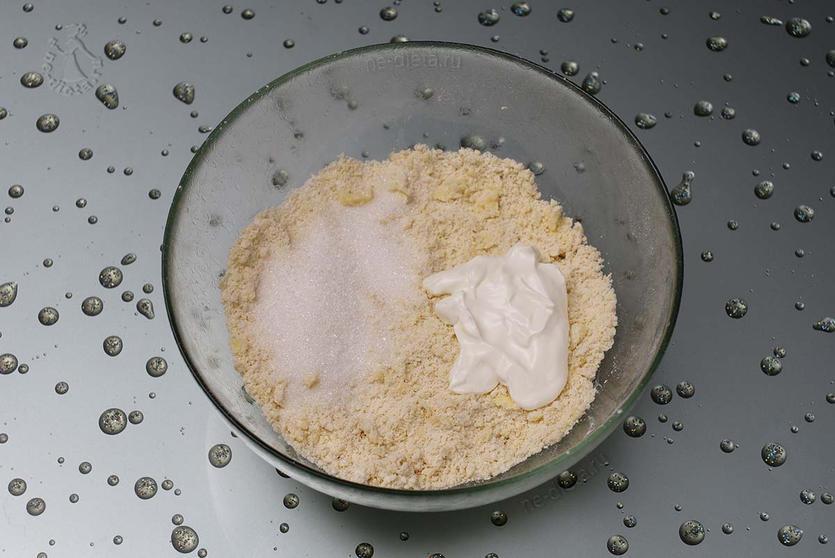 Добавить сметану и сахар