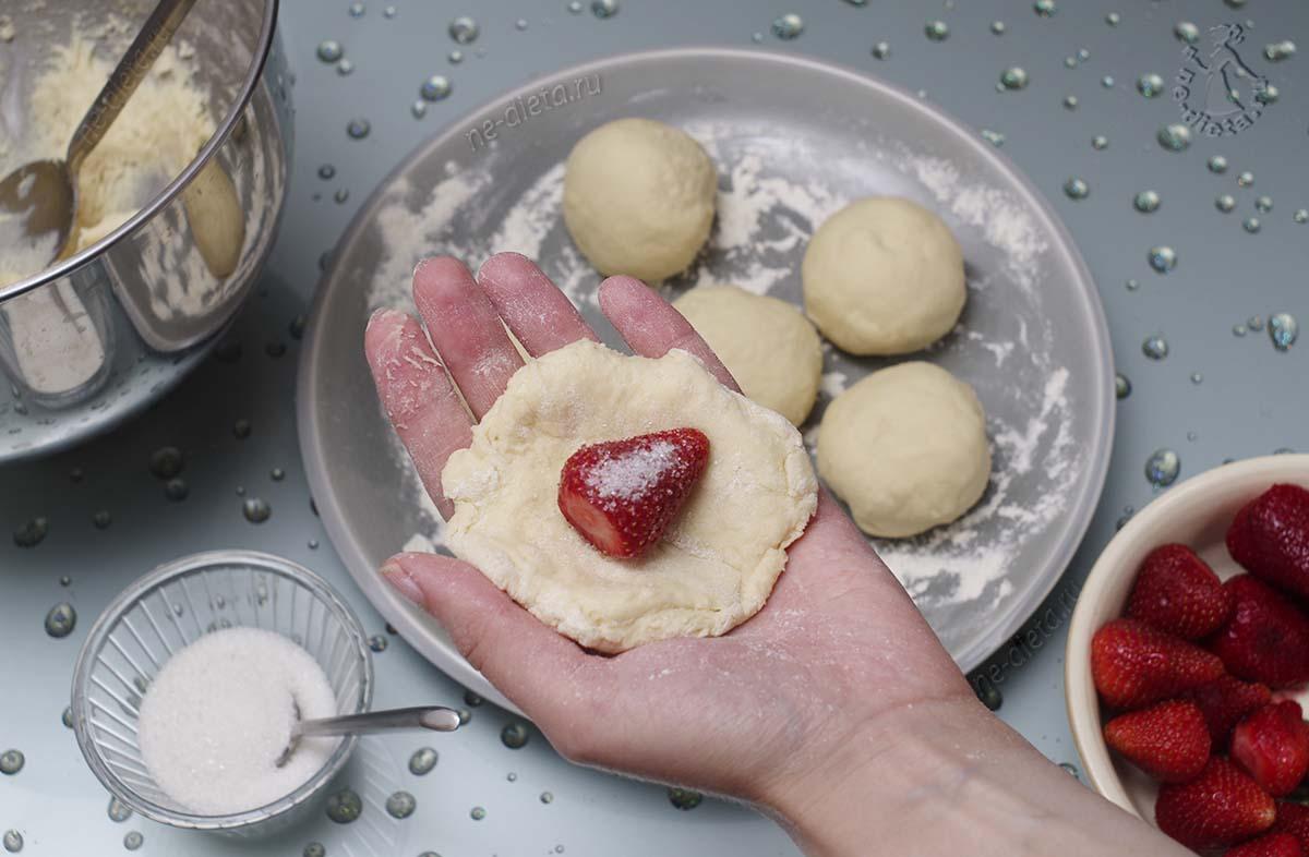 Слепить пончики с клубникой