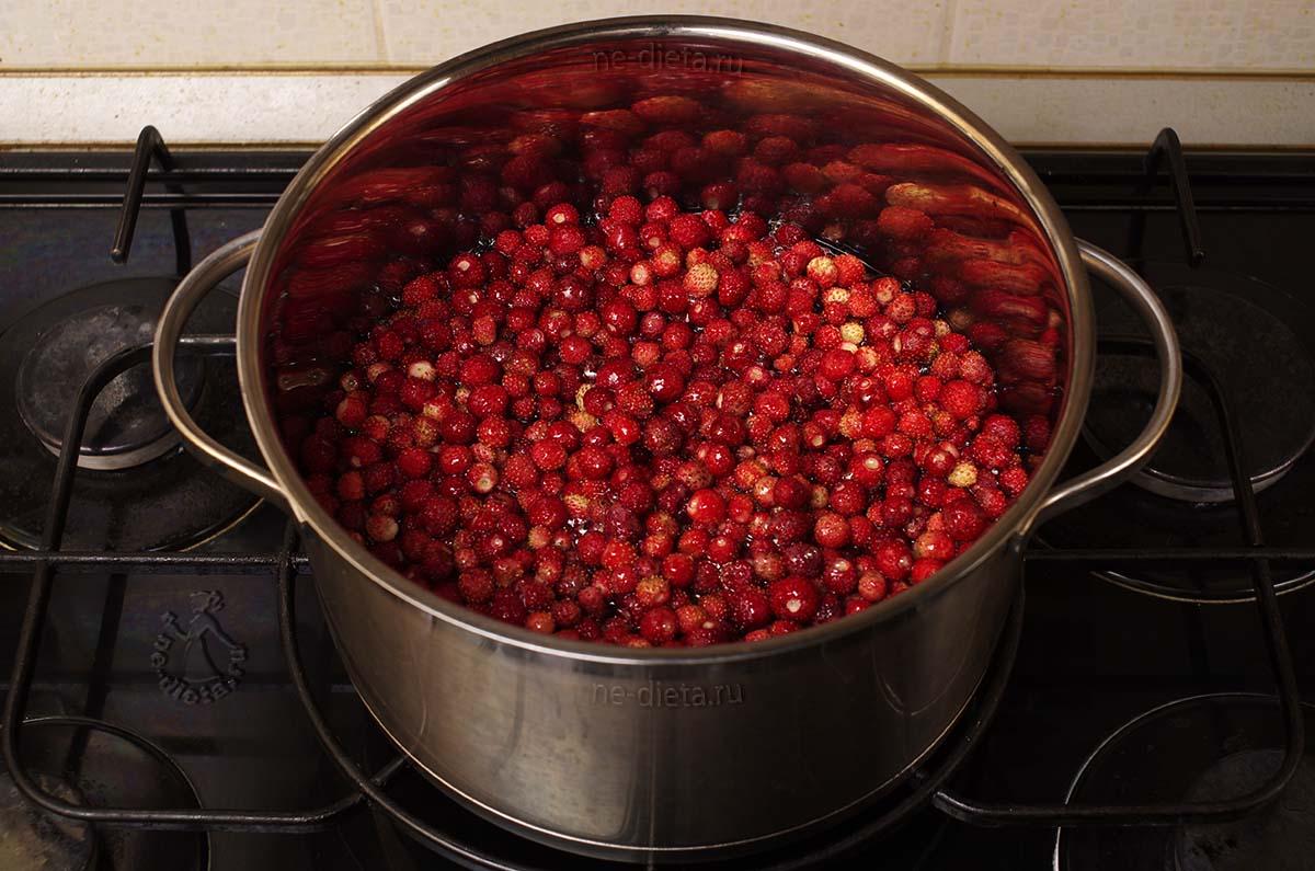 Землянику залить горячим сиропом