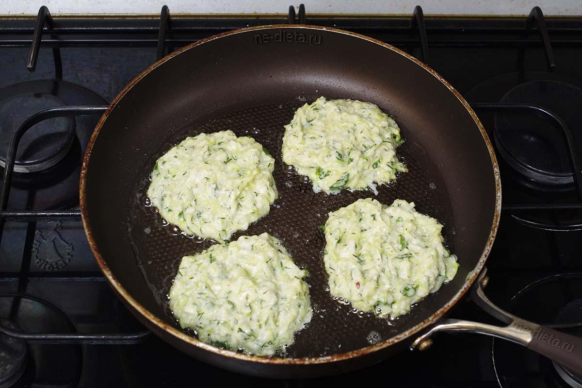 Кабачковые оладьи обжарить на сковороде