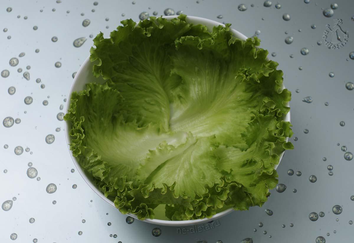 Салатник застелить листьями салата