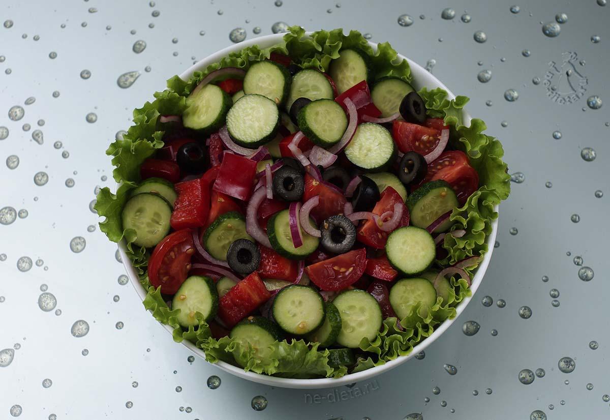 В салатник выложить овощи