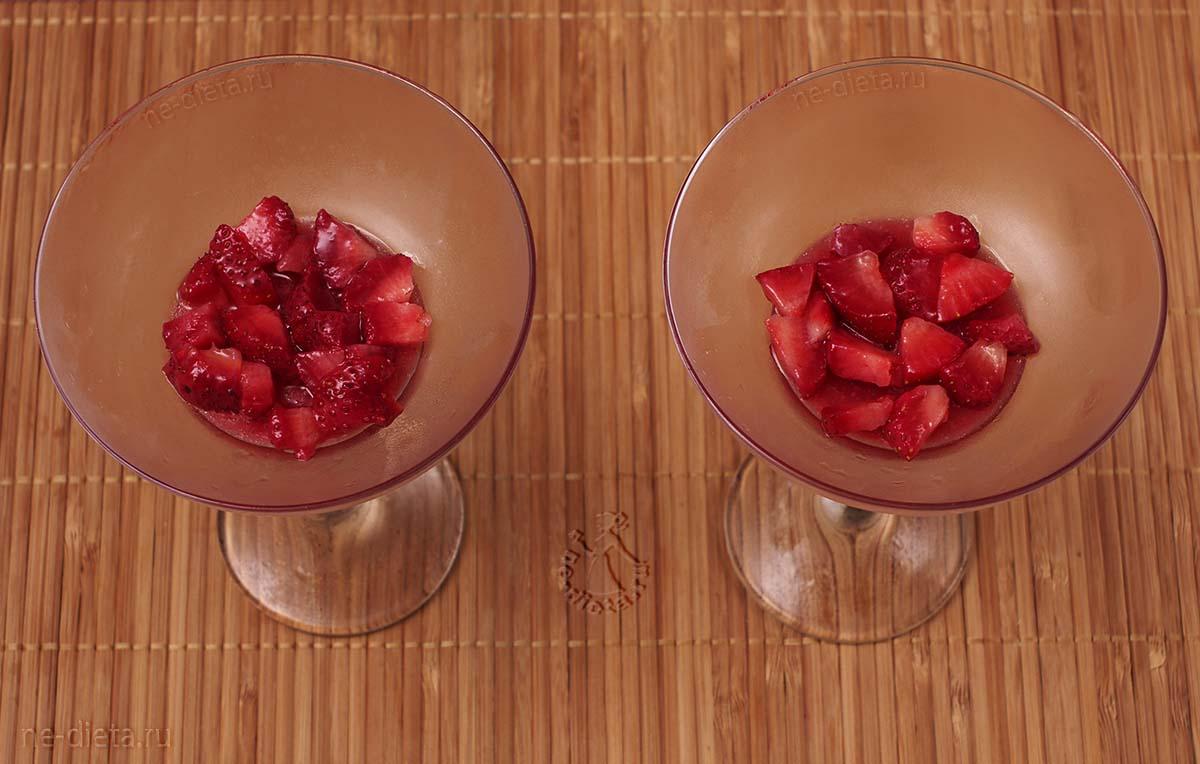 На клубничное желе выложить порезанные ягоды клубники