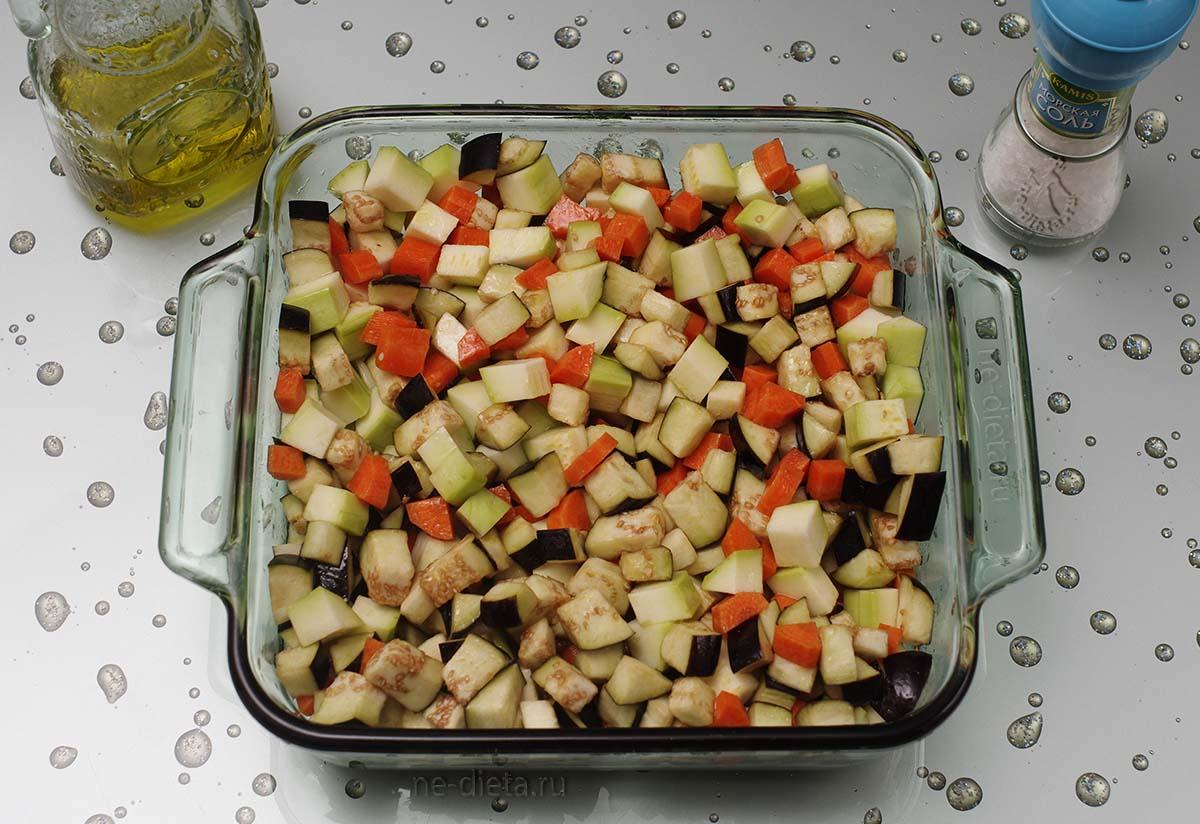 Овощи сложить в форму