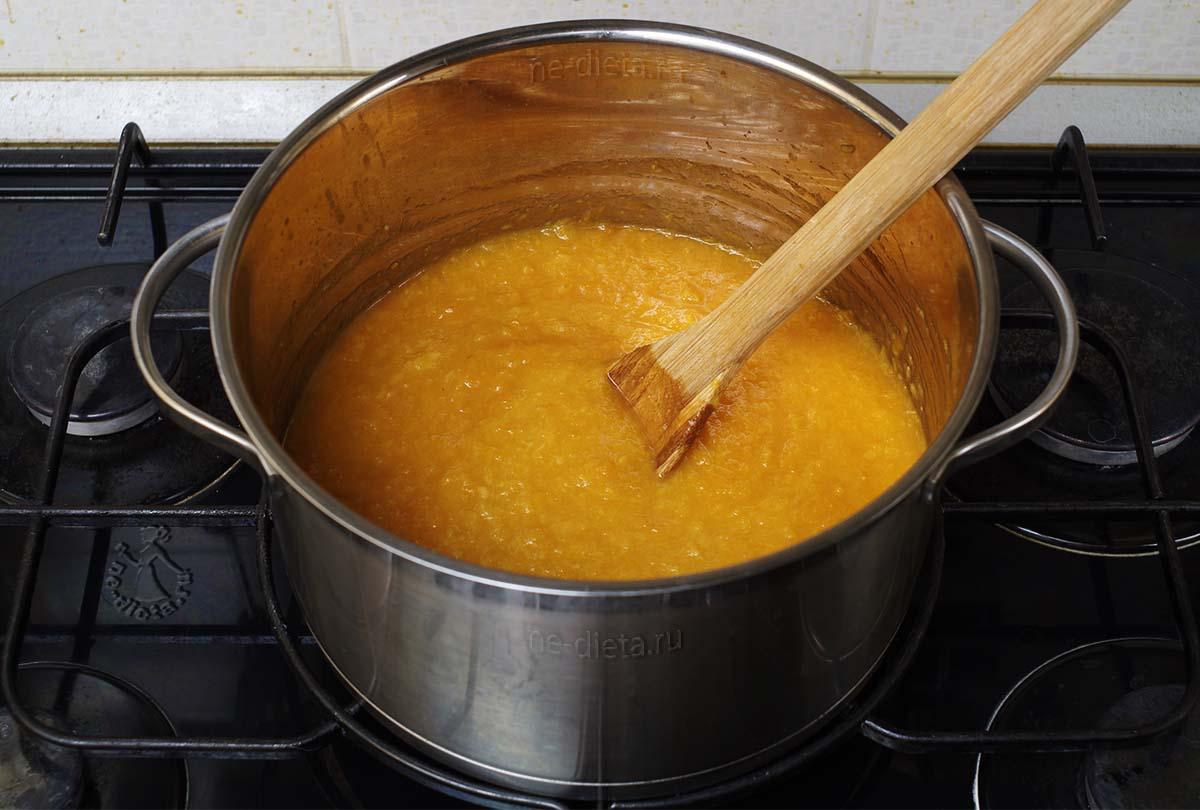 Уваривать абрикосовое пюре 15 - 20 минут