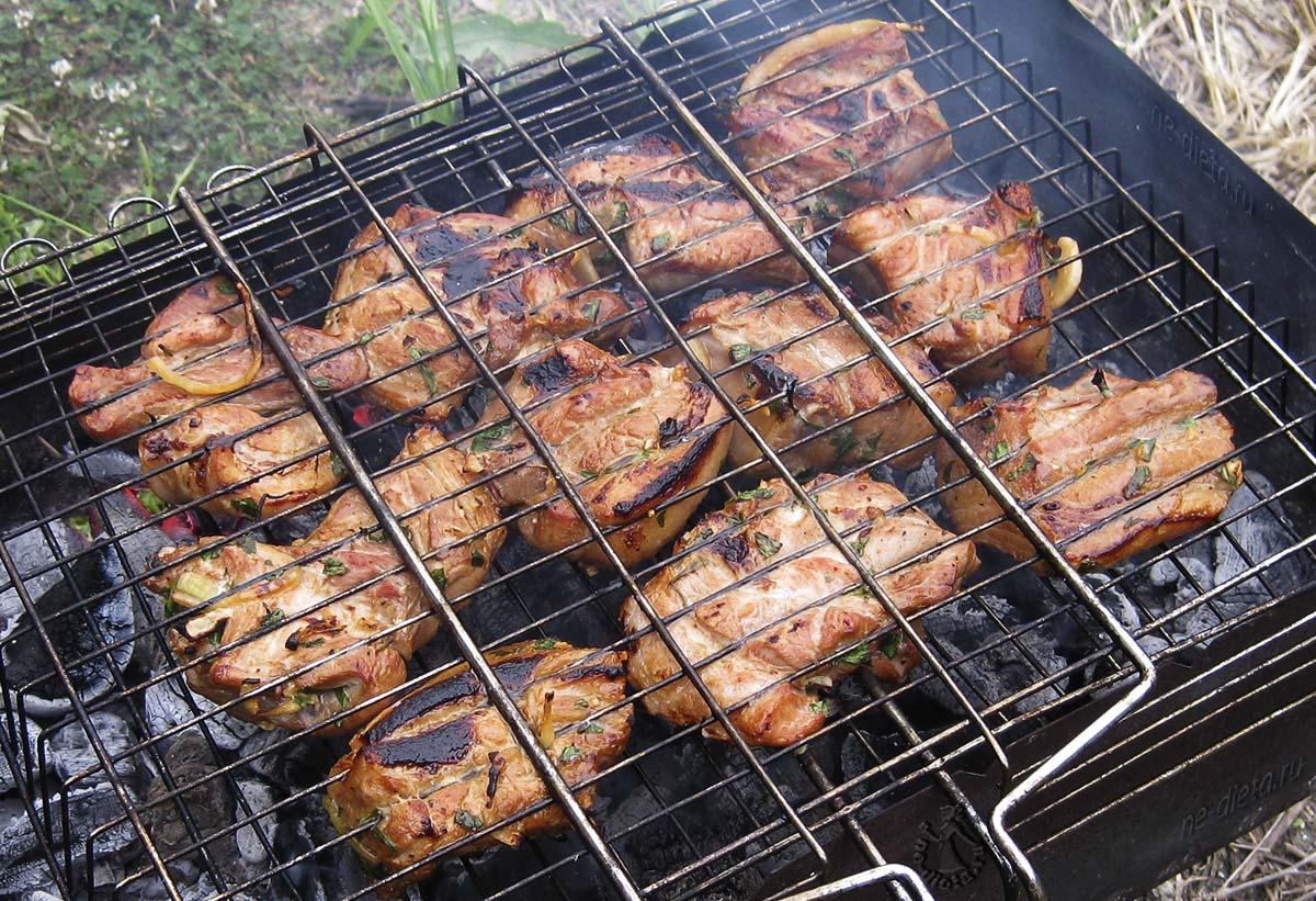 Свиные ребрышки на решетке мангала