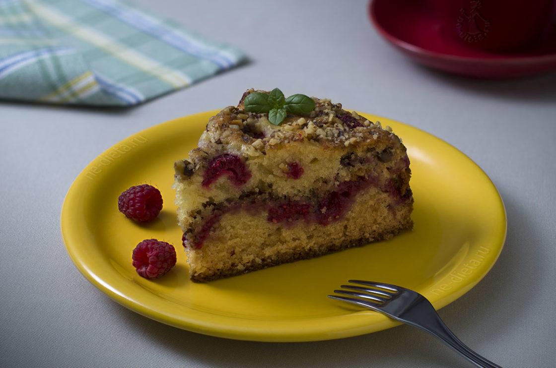Пирог с малиной и орехами