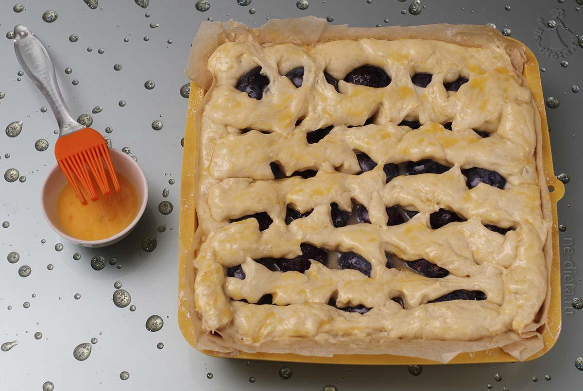 Оставшееся тесто нарезать на полоски и накрыть пирог