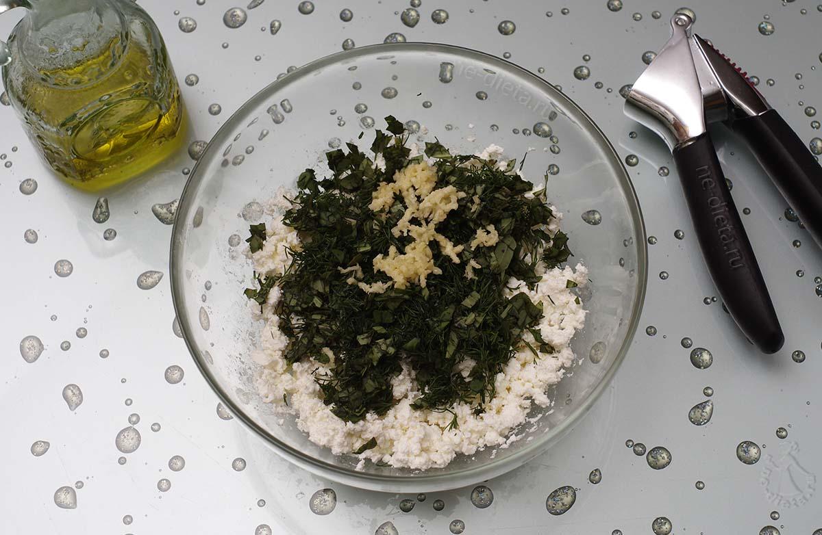 К брынзе добавить зелень, чеснок и оливковое масло