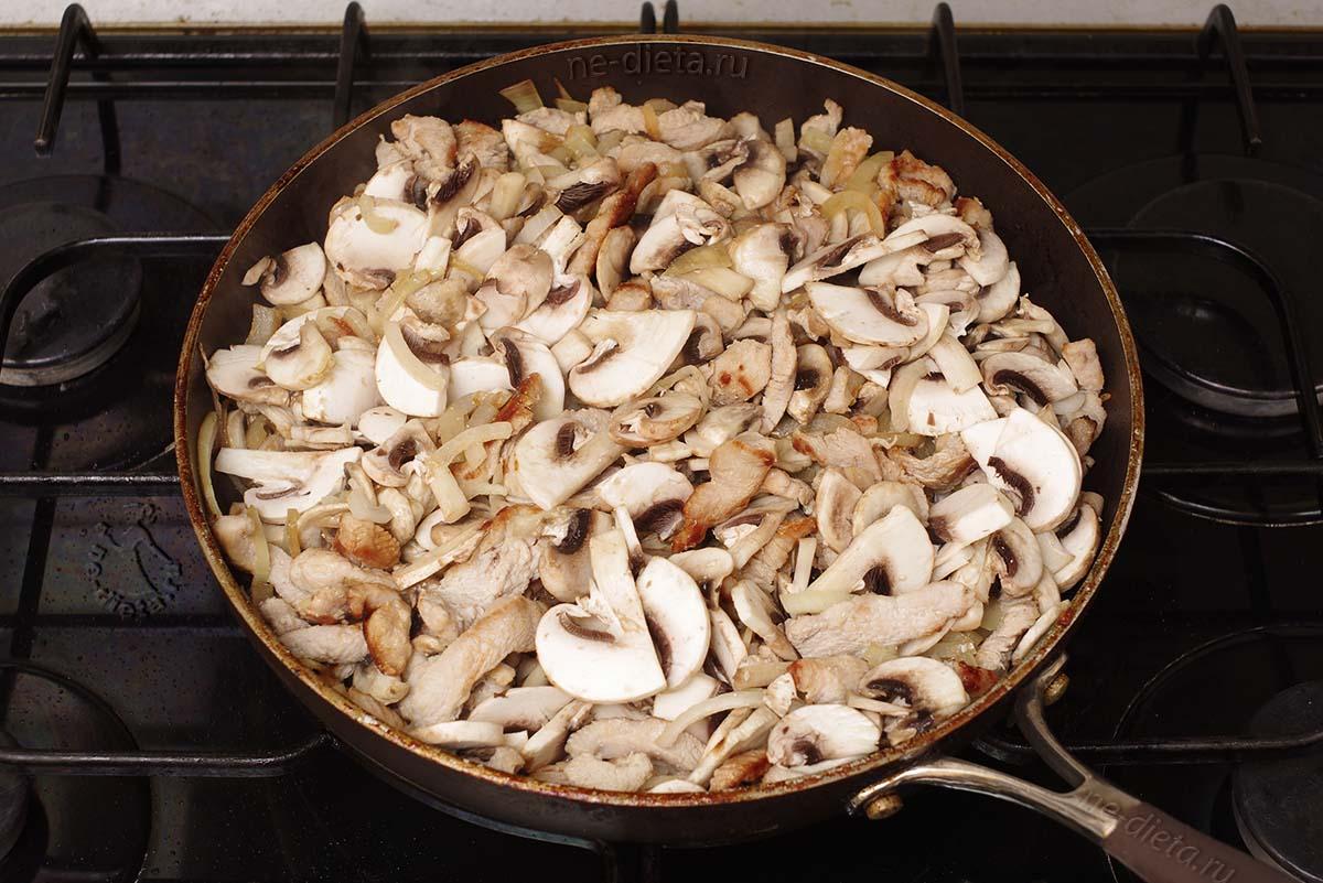 В бефстроганов добавить грибы