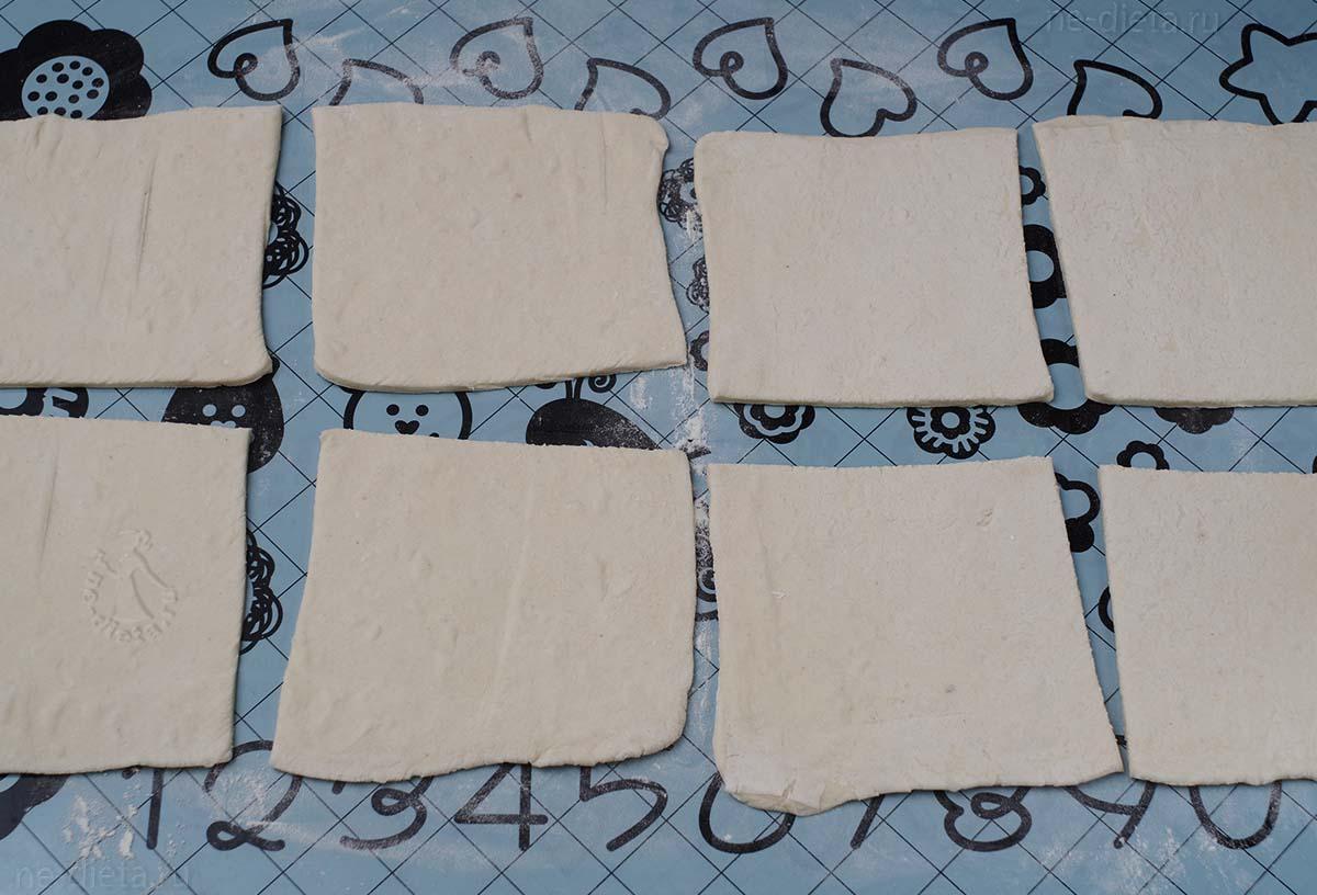 Тесто раскатать и нарезать на 8 квадратов