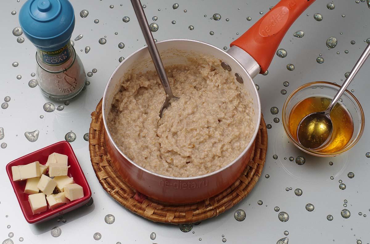 В овсянку добавить мед, масло, корицу и соль