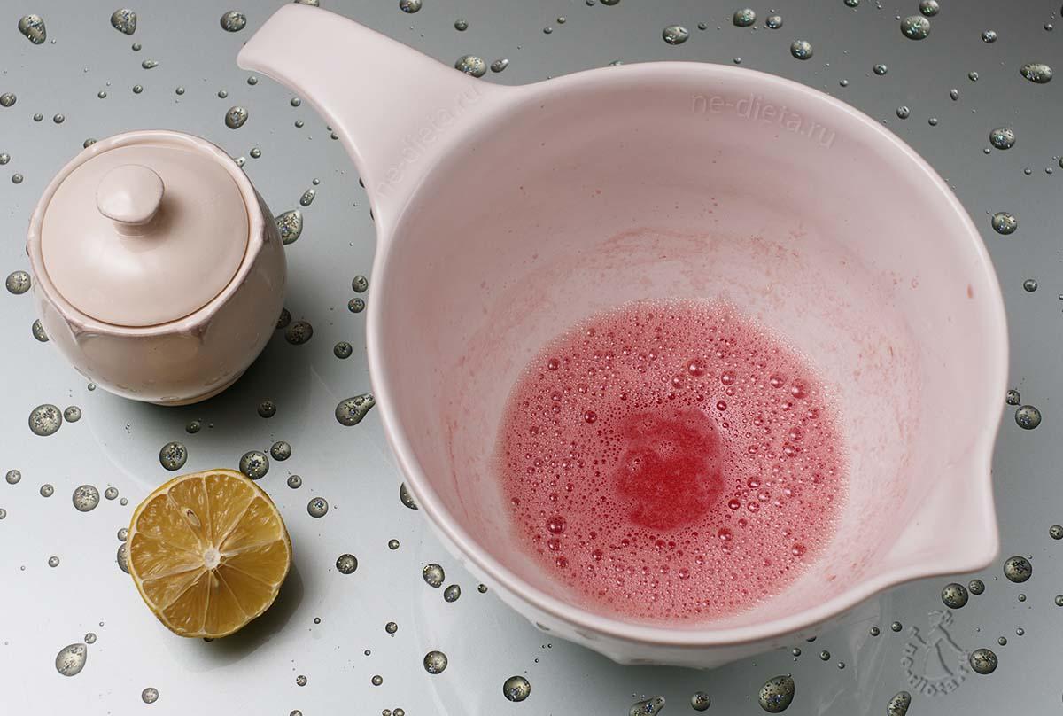 Арбуз измельчить блендером с сахаром и лимонным соком