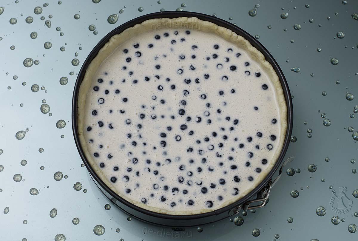 В форму с тестом вылить черничную начинку