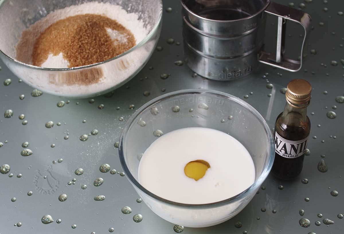 Отдельно взбить молоко, яйцо и ванильный экстракт