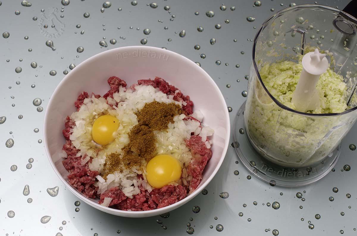 Смешать мясной фарш, капусту, яйца, лук и специи