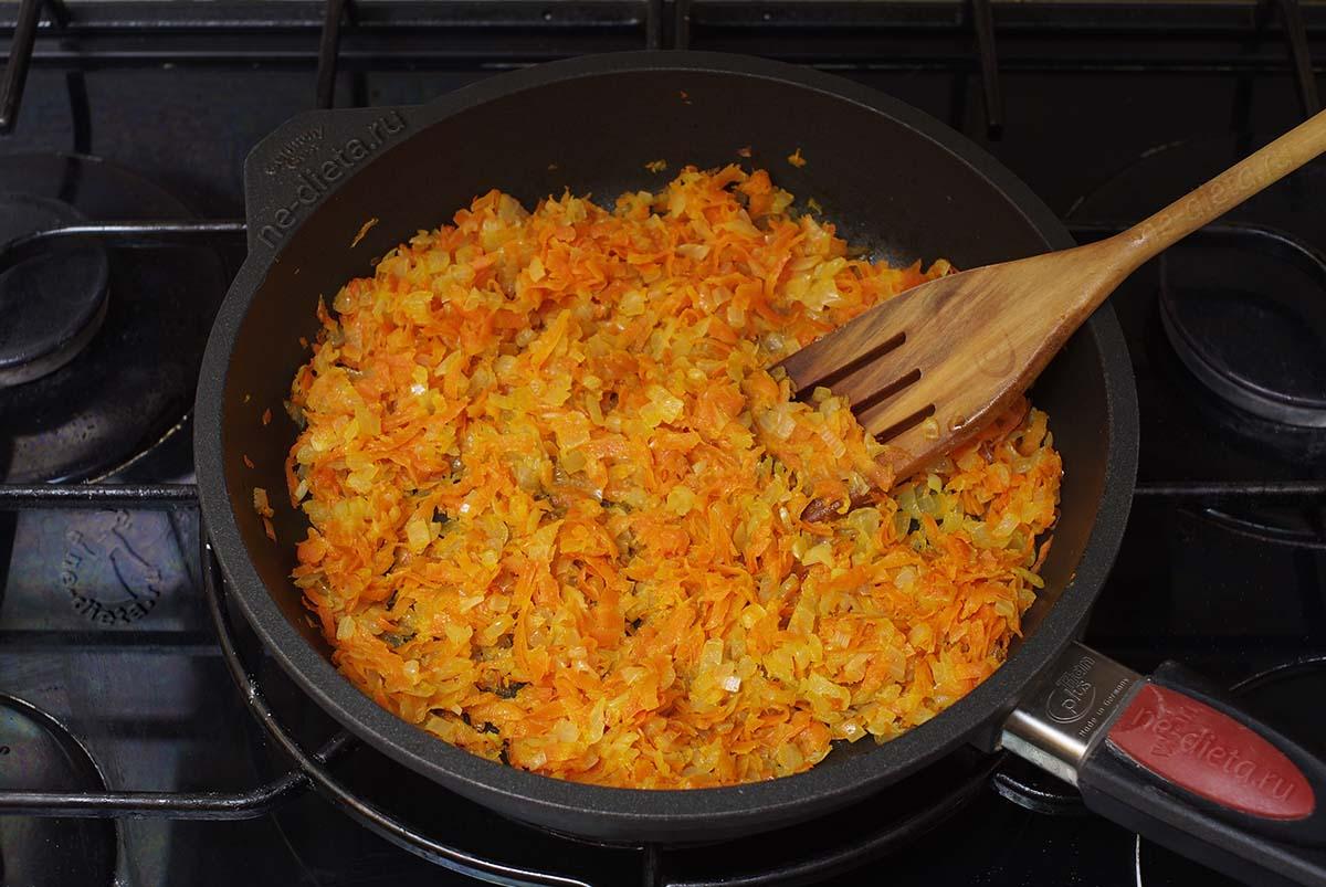 Лук и морковь обжарить на растительном масле