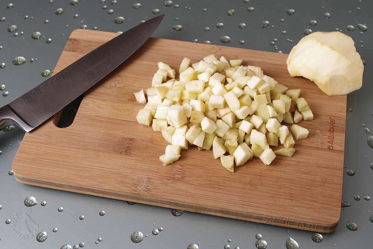 Яблоки порезать мелкими кубиками