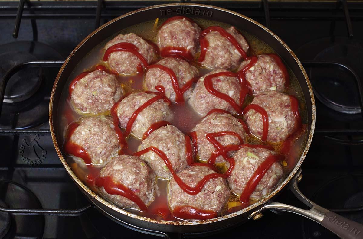 Положить тефтели в овощной соус