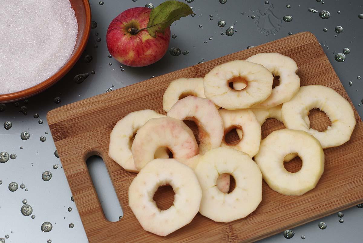Яблоки нарезать кольцами