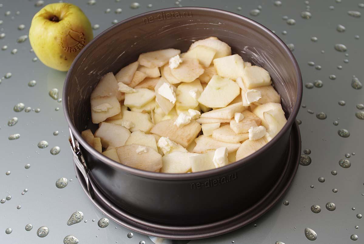 В форму выложить половину яблок и масло
