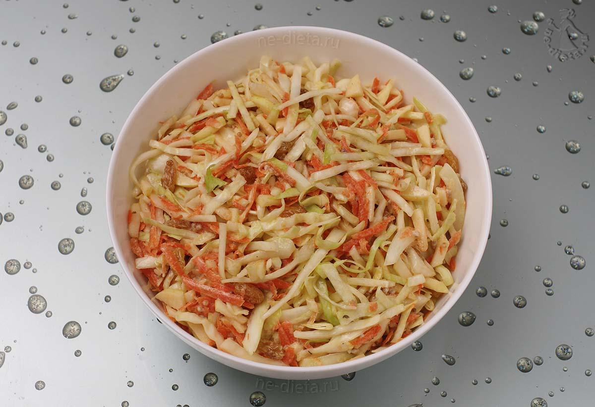 Салат из капусты с морковью, яблоком и изюмом