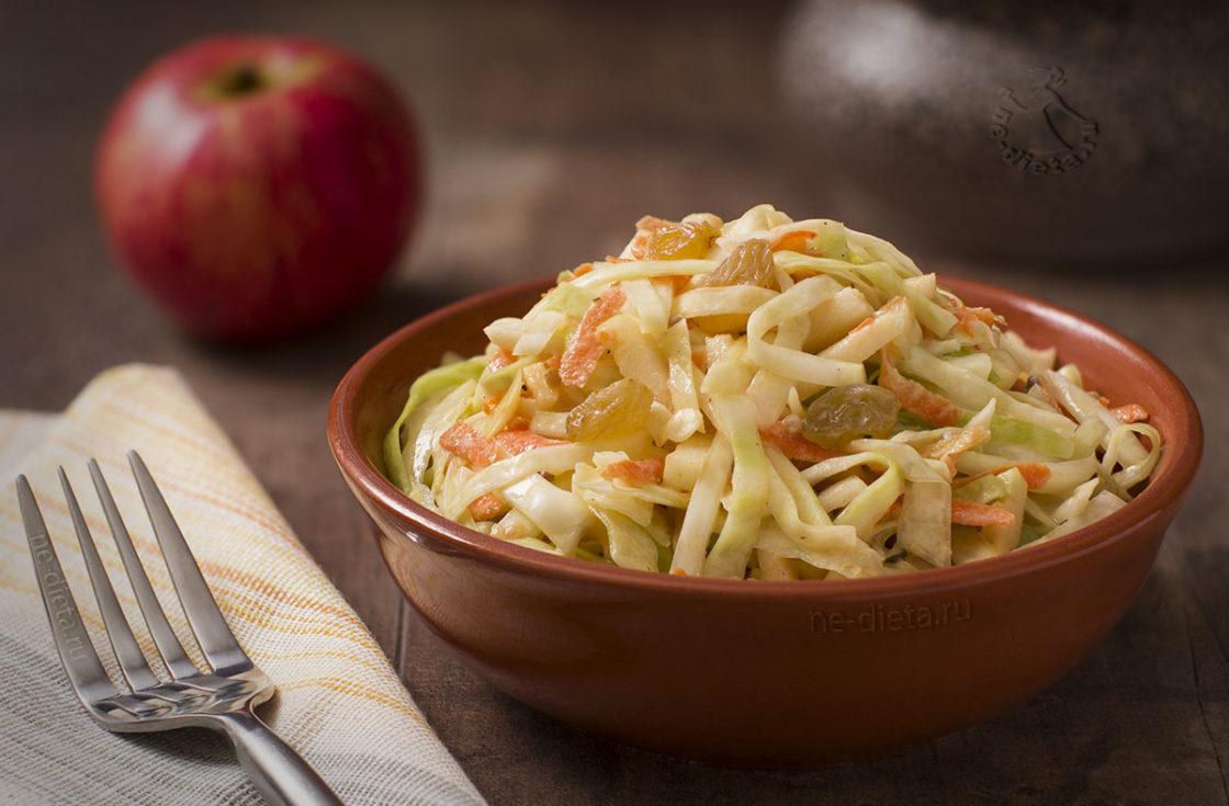 Салат из капусты с яблоком и изюмом