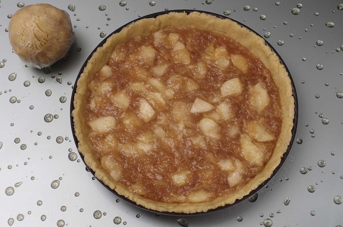 На тесто выложить яблочную начинку