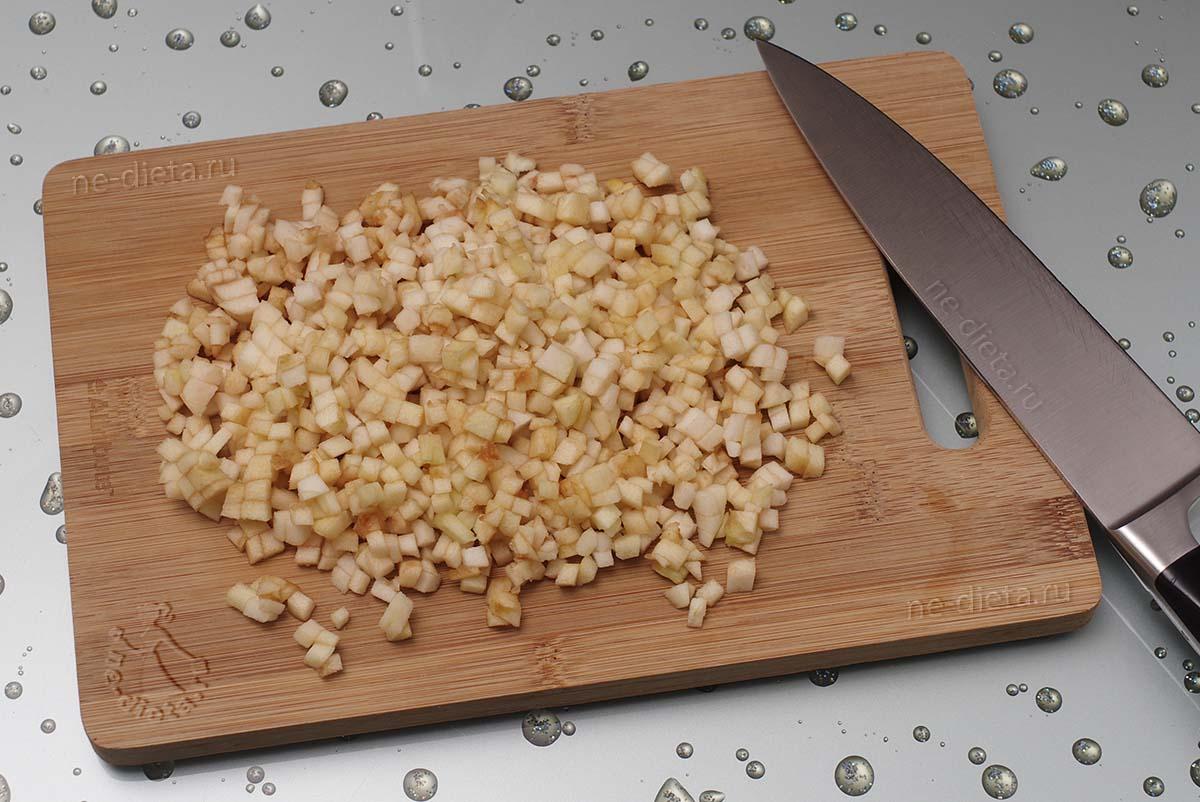 Яблоко порезать мелкими кубиками