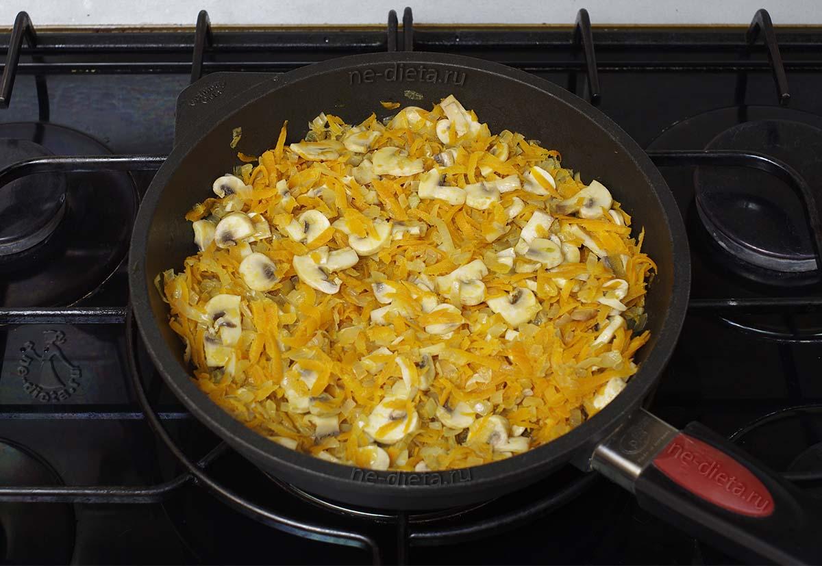 К овощной зажарке добавить грибы
