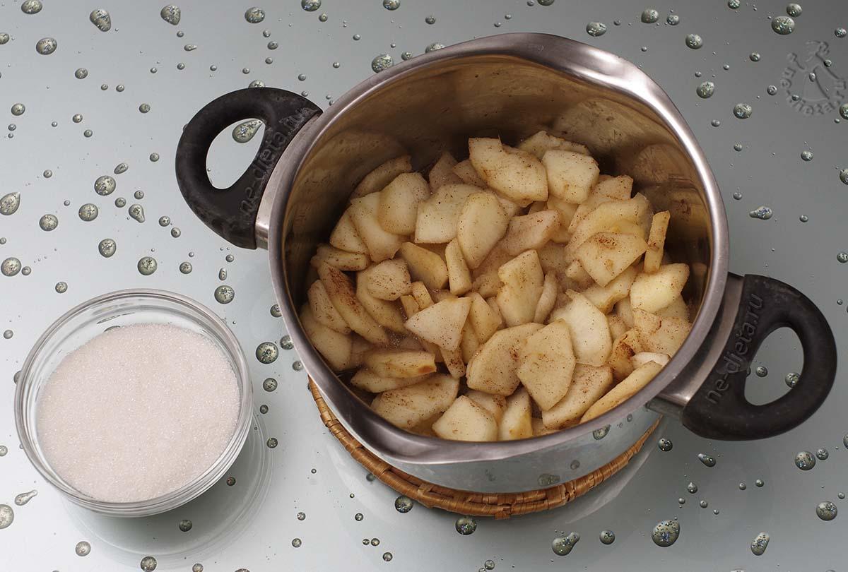 В яблочную начинку всыпать сахар