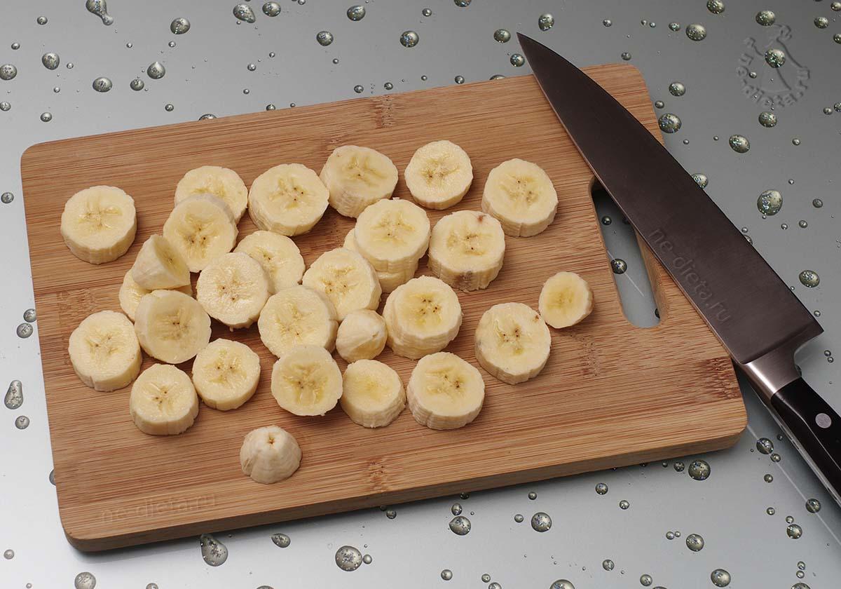 Бананы порезать колечками